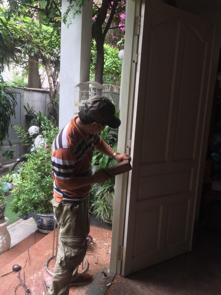 sửa cửa gỗ bị xệ tphcm